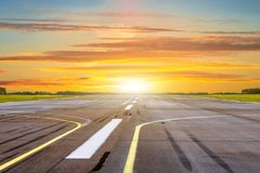 Temps d'or d'heure de coucher du soleil d'éclat avec l'aéroport de paysage de la piste Photos libres de droits