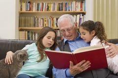 Temps d'histoire avec le grand-papa Photos libres de droits