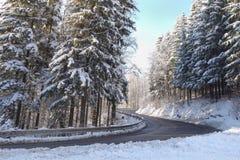 Temps d'hiver, neige sur la route Calamité de neige sur la route photographie stock