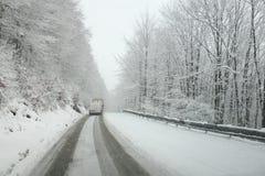 Temps d'hiver, neige sur la route Calamité de neige sur la route photographie stock libre de droits
