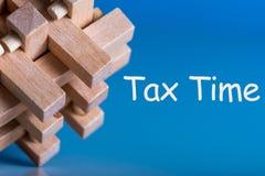Temps d'impôts - énigme brean ou puzzle avec l'avis de la nécessité de classer des déclarations d'impôt, feuille d'impôt  photographie stock