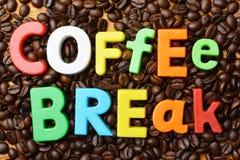 Temps d'It's pour le concept de pause-café avec le texte coloré sur le fond rôti de grains de café photo stock