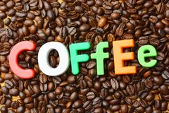 Temps d'It's pour le concept de pause-café avec le texte coloré sur le fond rôti de grains de café photos libres de droits
