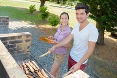 Temps de barbecue sur le terrain de camping Images libres de droits