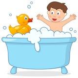 Temps de Bath avec Little Boy et le canard en caoutchouc Image stock