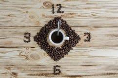 Temps de café Grains de café sur un fond en bois de couleur claire Image libre de droits