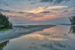 Temps de coucher du soleil à la plage de Pak Meng, province de Trang, Thaïlande Photographie stock libre de droits