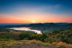 Temps de coucher du soleil au-dessus du barrage image stock