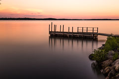 Temps de coucher du soleil au lac Photographie stock libre de droits
