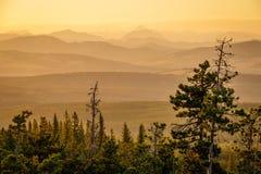 Temps de coucher du soleil dans les montagnes dans Alberta du sud, CA Photos libres de droits