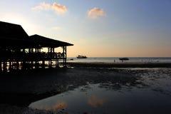 Temps de coucher du soleil sur l'île avec le fond orange de ciel Photographie stock