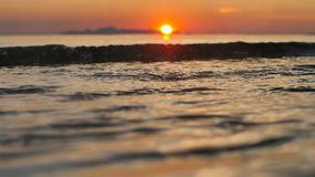 Temps de coucher du soleil sur la mer calme Sun s'inclinant de plus en plus au-dessus de la plage tropicale clips vidéos