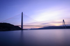 Temps de coucher du soleil sur le nouveau pont de bosphorus d'Istanbul Photo stock