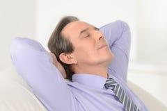 Temps de coupure. Portrait d'un esprit se reposant d'homme d'affaires mûr décontracté Photo stock