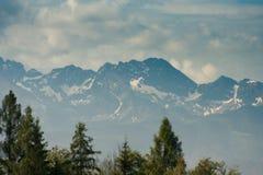 Temps de crêtes de montagne au printemps dans haut Tatras image stock
