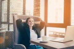 Temps de déjeuner Temps à la pause de détente au lieu de travail dans un moderne et une Co photo stock
