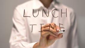 Temps de déjeuner d'écriture de femme sur l'écran transparent La femme d'affaires écrivent à bord Image stock