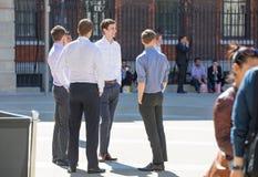 Temps de déjeuner dans la ville de Londres Employés de bureau prenant le déjeuner dans le parc à côté de la cathédrale de St Paul Image libre de droits