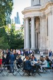 Temps de déjeuner dans la ville de Londres Employés de bureau prenant le déjeuner dans le parc à côté de la cathédrale de St Paul Photographie stock libre de droits