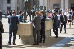 Temps de déjeuner dans la ville de Londres Employés de bureau prenant le déjeuner dans le parc à côté de la cathédrale de St Paul Photos stock