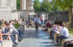 Temps de déjeuner dans la ville de Londres Employés de bureau prenant le déjeuner dans le parc à côté de la cathédrale de St Paul Images stock