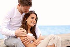 Temps de dépense de couples ensemble par la mer Image stock