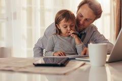 Temps de dépense de père et de descendant ensemble Photo stock