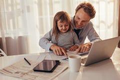 Temps de dépense de père et de descendant ensemble Images stock