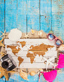 Temps de déplacement d'été Fond de vacances de mer avec de diverses coquilles Photographie stock libre de droits