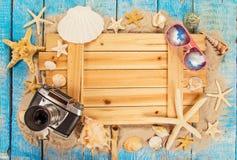 Temps de déplacement d'été Fond de vacances de mer avec de diverses coquilles Images stock