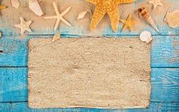 Temps de déplacement d'été Fond de vacances de mer avec de diverses coquilles Image stock