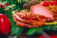 Temps de dîner de table de Noël avec des viandes, les bougies et le décor rôtis de nouvelle année photos stock