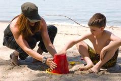 Temps de famille à la plage images libres de droits