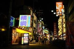 Temps de famille dans la vue de rue de nuit, Osaka, Japon Images libres de droits