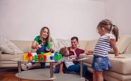 Temps de famille - engendrez utilisant un ordinateur portable pour le wh de travail à la maison photographie stock libre de droits