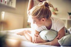 Temps de famille Mère et fille au matin Photographie stock