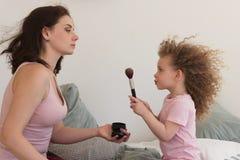 Temps de famille Mère et fille Cosmétiques Photo libre de droits