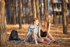 Temps de famille sur une promenade dans des couples de Chute-dans-amour de forêt d'été Image stock
