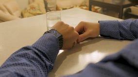Temps de gestion de mâle élégant beau sur la montre électronique Jeune homme vérifiant l'horloge moderne de poignet Photographie stock libre de droits