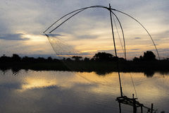 Temps de lever de soleil d'endroit de bord de lac de pêcheur de la Thaïlande, silhouette Photos libres de droits