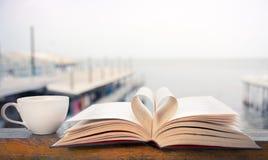 Temps de livre et de café par le bord de la mer Images stock