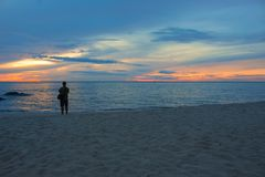 Temps de matin de lever de soleil avant, cameraman sur la plage photos libres de droits