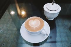 Temps de matin pour un café chaud avec l'ami Images libres de droits