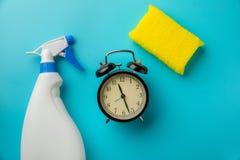 Temps de nettoyage avec le produit de nettoyage et les outils images libres de droits