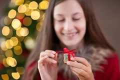 Temps de Noël, adolescente avec un cadeau de Noël photographie stock libre de droits