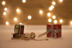 Temps de Noël avec le bokeh et le chariot Photos stock