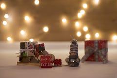 Temps de Noël avec le bokeh et le chariot Photographie stock libre de droits