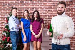 Temps de Noël avec le concept d'amis Homme barbu tenant le champagne et deux verres Photos libres de droits
