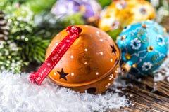 Temps de Noël Boules des textes de Noël heureux de ruban de cloche de Rusty Jingle et de Noël de luxe avec la décoration Photos stock