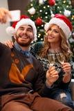 Temps de Noël - couplez prendre le selfie sur Noël Photographie stock libre de droits